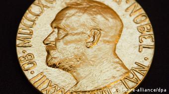 Symbolbild Vorschau Bekanntgabe Friedensnobelpreis Träger Medaille (picture-alliance/dpa)