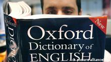 PICTURE POSED BY MODEL. A man reads a copy of the Oxford Dictionary of English, 14.03.2007. Foto: Ian Nicholson +++(c) dpa - Report+++