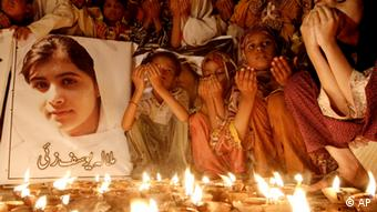 Pakistani children pray for the recovery Yousufzai (Photo:Shakil Adil/AP/dapd)