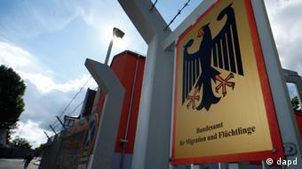Schild mit der Aufschrift Bundesamt fuer Migration und Fluechtlinge (Foto: Daniel Peter/dapd)