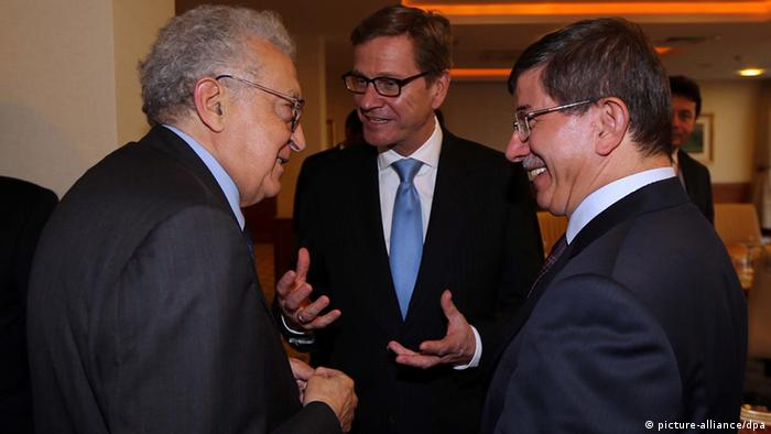 Foreign Minister Guido Westerwelle (C), Turkish Foreign Minister Ahmet Davutoglu (R) and the UN's peace envoy to Syria Lakhdar Brahimi (L) chat (c) dpa - Bildfunk+++