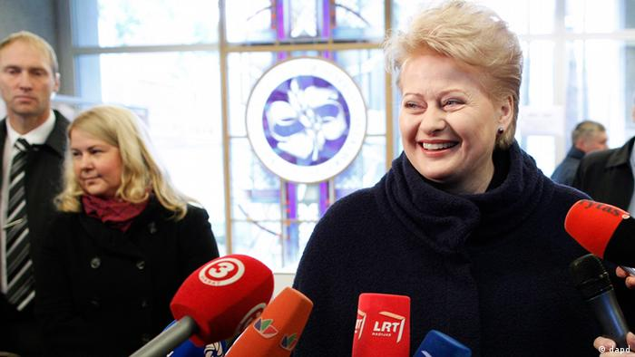 Lithuania's President Dalia Grybauskaite speaks to the media at a polling station in Vilnius, Lithuania, Sunday, Oct. 14, 2012. Lithuanians are expected to deal a double-blow to the incumbent conservative government in national elections Sunday by handing a victory to opposition leftists and populists and saying 'no' to a new nuclear power plant that supporters claim would boost the country's energy independence. (Foto:Mindaugas Kulbis/AP/dapd)