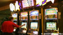 ARCHIV - Das gestellte Illustrationsfoto zum Thema Spielbanken und Glücksspiel zeigt einen Mann an Automatenspielen, aufgenommen am 29.01.2009 in der Spielbank Rostock-Warnemünde. Vom Hartz-IV-Empfänger bis zum Banker, der einen sechsstelligen Betrag für das Spiel unterschlagen hat - so beschreibt Andreas Fux von einer Beratungsstelle in Kassel seine Klienten. «90 Prozent sind Männer.» Manche spielten 36 Stunden durch, oft an mehreren Automaten gleichzeitig. Foto: Bernd Wüstneck dpa/lhe (zu lhe-Korr Monatslohn verzockt - Spieler kämpfen gegen Sucht vom 09.03.2011) +++(c) dpa - Bildfunk+++