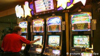 Мужчина в зале игровых автоматов