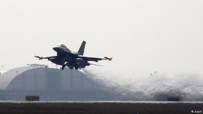 A 31st Fighter Wing United States Air Force F-16 jet fighter takes off at the Aviano NATO airbase ,in Aviano, Italy, Friday, March 25, 2011. (Foto:Luca Bruno/AP/dapd)