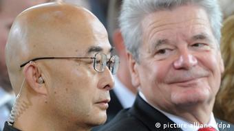 Chinese writer Liao Yiwu sitting next to German President joachim Gauck (Photo: Arne Dedert/dpa)