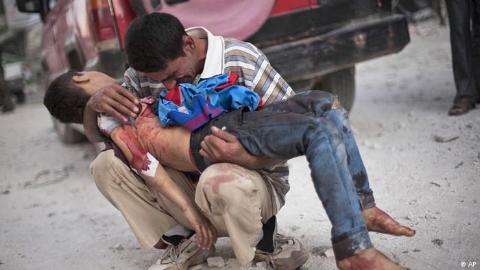 Отец держит на руках труп сына