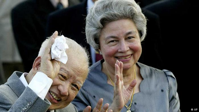 Cambodia's King Norodom Sihanouk and Queen Monineath wave at Phnom Penh airport, in Cambodia. Sihanouk, the former Cambodian king who was never far from the center of his country's politics through a half-century of war, genocide and upheaval, died of natural causes early Monday, Oct. 15, 2012, in Beijing. He was 89. (Foto:Andy Eames, File/AP/dapd) / eingestellt von haz/pg 15.10.12