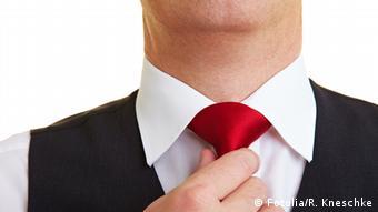 Мужчина затягивает галстук