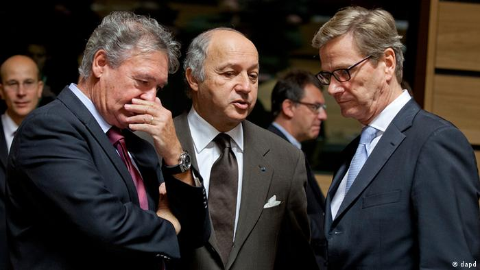 From left, Luxembourg's Foreign Minister Jean Asselborn, French Foreign Minister Laurent Fabius and German Foreign Minister Guido Westerwelle share a word during a meeting of EU Foreign Ministers in Luxembourg on Monday Oct. 15, 2012. Britain, Germany and France say they expect the European Union to approve even tougher sanctions on Iran to prevent it from developing nuclear weapons. (Foto:Virginia Mayo/AP/dapd)
