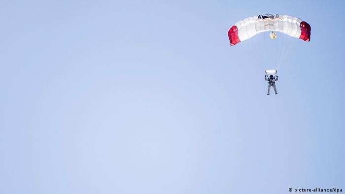 Ein Fallschirmspringer vor blauem Himmel