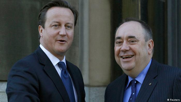 Britain's Prime Minister David Cameron (L) is greeted by Scotland's First Minister Alex Salmond REUTERS/David Moir (BRITAIN - Tags: POLITICS)