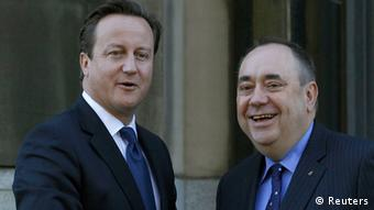 Britain's Prime Minister David Cameron (L) is greeted by Scotland's First Minister Alex Salmond on the steps of St Andrews House in Edinburgh, Scotland October 15, 2012. Scotland takes a big step on its path towards an independence referendum on Monday when its leader meets Britain's prime minister to finalise arrangements for a vote which could lead to the demise of Scotland's three-centuries-old union with England. REUTERS/David Moir (BRITAIN - Tags: POLITICS)