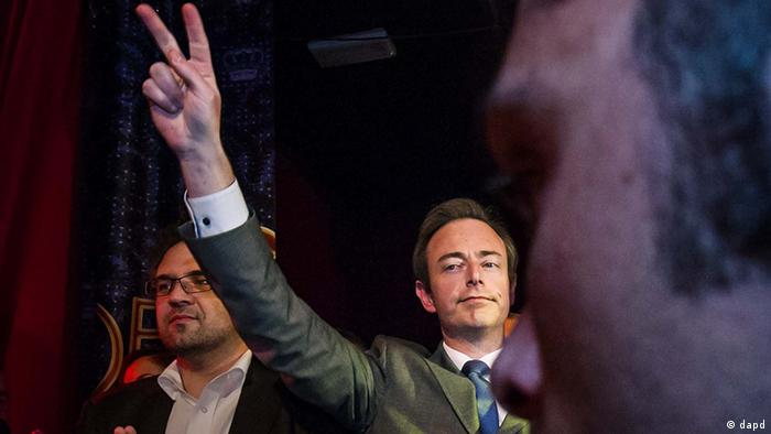 Leader of the NVA party Bart De Wever makes a victory sign as he arrives to address NVA party members after his party won the city elections in Antwerp, Belgium, Sunday Oct. 14, 2012. NVA, a separatist party, wants to use Antwerp as a base for breaking away from Belgium, putting it in the forefront of a European breakaway trend just as the EU celebrates winning the Nobel Peace Prize for fostering continental unity. (Foto:Geert Vanden Wijngaert/AP/dapd)
