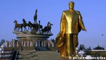 Turkmenistan, Goldenes Standbild von Nijasow