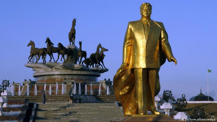Golden statue of Berdymukhamedov's predecessor, Niyazov.