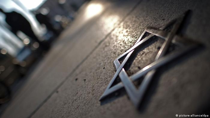 Ein Davidstern des Mahnmals für deportierte Dresdner Juden am Bahnhof Dresden-Neustadt leuchtet am Mittwoch (16.12.2011) im Licht. Mit einer Gedenkfeier erinnerten zahlreiche Menschen an die Verbrechen des Nationalsozialismus. (Foto: Arno Burgi dpa/lsn)