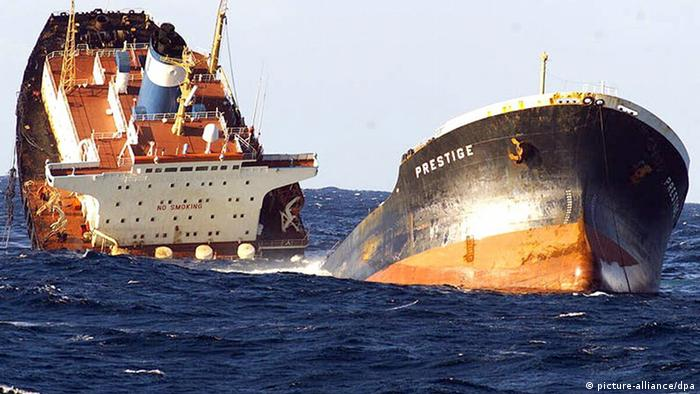 The oil tanker Prestige sinks in the Atlanic Ocean in November, 2002 dpa - Bildfunk+++