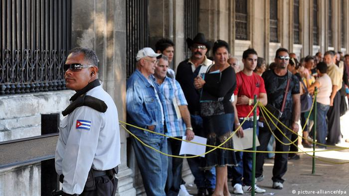 People waiting in line at the Spanish consulate in Havana dpa 0380 vom 16.10.2012) +++(c) dpa - Bildfunk+++