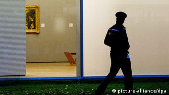 Police officers investigate the surroundings of Rotterdam's Kunsthal art gallery (photo: REUTERS)