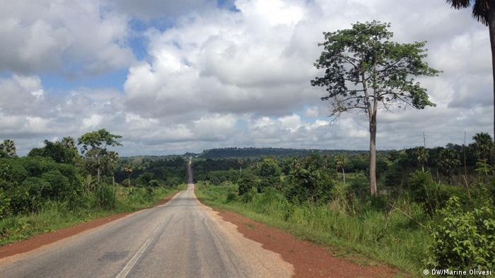 A deserted road in the Ghanaian countryside (Photo. Marine Olivesi)