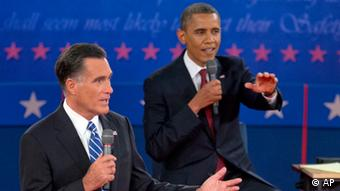 President Barack Obama, right, and Republican presidential candidate, former Massachusetts Gov. Mitt Romney, participate in the presidential debate, Tuesday, Oct. 16, 2012, at Hofstra University in Hempstead, N.Y. (Foto:Carolyn Kaster/AP/dapd).
