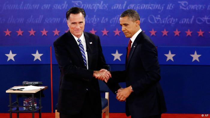 President Barack Obama and Republican presidential candidate and former Massachusetts Gov. Mitt Romney shake hands at the end of the second presidential debate at Hofstra University in Hempstead, N.Y., Tuesday, Oct. 16, 2012. (Foto:Charles Dharapak/AP/dapd).