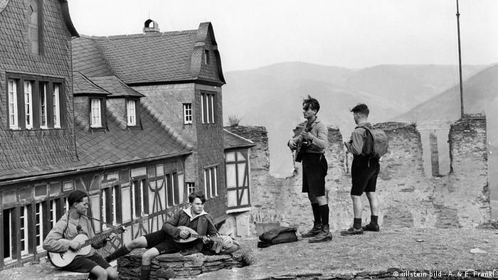 Schüler spielen Gitarre vor der Jugendherberge Burg Stahleck in Bacharach (Foto von 1929) - Foto: ullstein bild - A. & E. Frankl