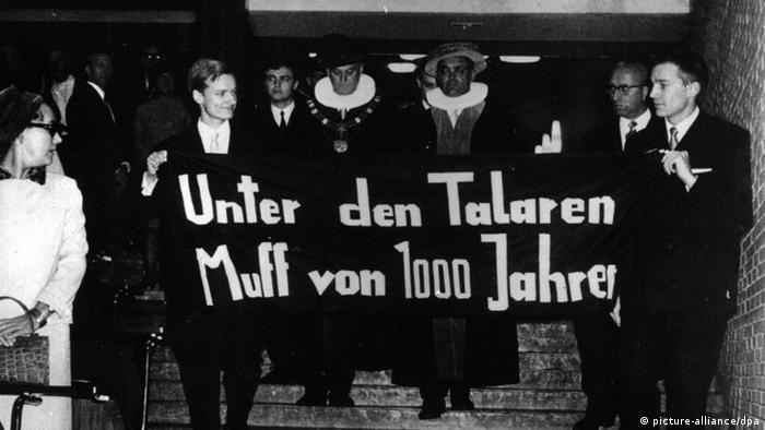 68er Protest mit Transparent: Unter den Talaren Muff von 1000 Jahren