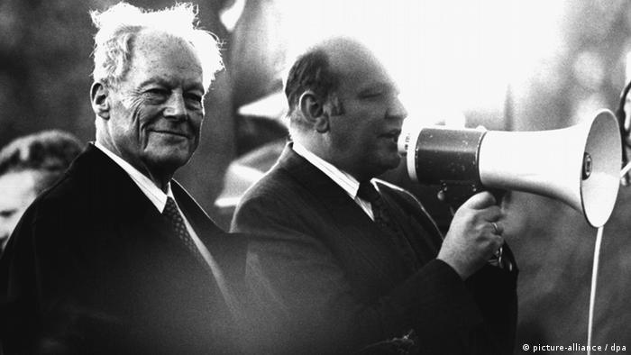Willy Brandt mit dem damaligen Berliner Bürgermeister Walter Mompernach der maueröffnung in Berlin (Foto: dpa)