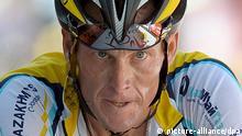 ARCHIV - Der US-amerikanische Radprofi Lance Armstrong fährt während der 15. Etappe der Tour de France (Archivfoto vom 19.07.2009). Lance Armstrong, dem jetzt auch Schadenersatzklagen drohen, kämpft um seine Reputation. Auf Vorschlag seines Anwalts Herman könnte sich Armstron an einen Lügendetektor anschließen lassen. Foto: EPA/Christophe Karaba/dpa ( zu dpa «Armstrong an den Lügendetektor? - «Sunday Times» will Million» vom 14.10.2012) +++(c) dpa - Bildfunk+++ pixel