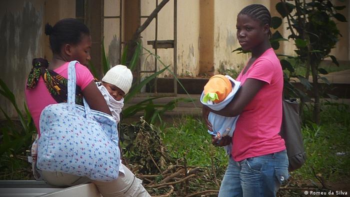 Junge Mütter in Maputo in Maputo Mosambik Afrika (Romeu da Silva)