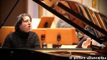 Der türkische Pianist und Komponist Fazil Say spielt am Dienstag (24.02.2009) in der Laeiszhalle in Hamburg während einer Konzertprobe Klavier. Fazil Say und das Ensemble Resonanz präsentieren zwei der großen Klavierkonzerte von Mozart an einem Abend. Foto: Bodo Marks dpa/lno +++(c) dpa - Report+++