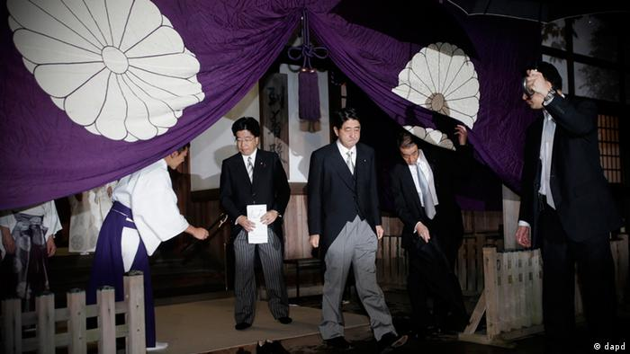 Japan's main opposition LDP leader Shinzo Abe, center, leaves the Yasukuni Shrine after he paid homage to the war dead in Tokyo. Photo: AP Photo/Shizuo Kambayashi)
