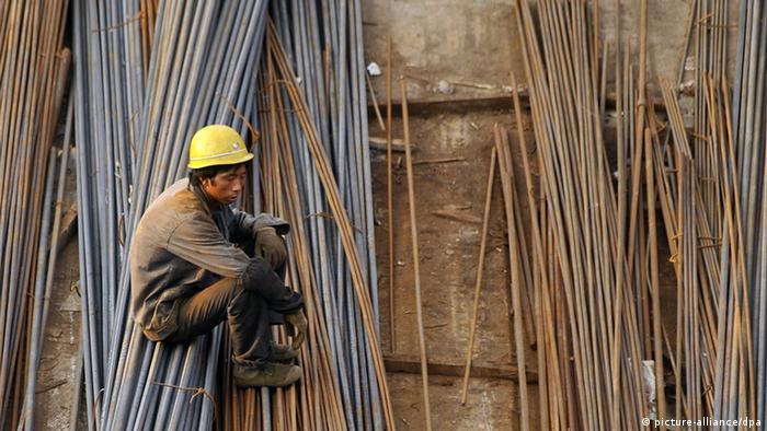 ARCHIV - Ein Wanderarbeiter ruht sich auf Stahlstreben auf einer Baustelle in Jinan aus (Archivfoto vom 30.08.2009). Die chinesische Wirtschaft ist im ersten Quartal mit 8,1 Prozent deutlich langsamer als erwartet gewachsen. Es ist der geringste Anstieg in der zweitgrößten Volkswirtschaft seit fast drei Jahren, wie das Statistikamt am Freitag in Peking mitteilte. Die obersten Wirtschaftslenker hatten vor zwei Wochen noch mit 8,4 Prozent Wachstum im Vergleich zum Vorjahreszeitraum gerechnet. Foto: EPA/WU HONG +++(c) dpa - Bildfunk+++
