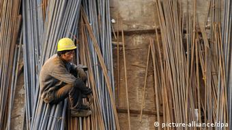 Chinesischer Bauarbeiter mit Stahlarmierungen (Foto: picture-alliance/dpa)