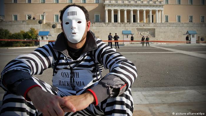 Протестующий перед зданием парламента Греции