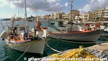 5GR-K32-Y1-1998-1 Kalamata, Mole und Uferpromenade Kalamata (Messenien, Peloponnes, Griechenland), Hafen. - Blick von der Mole auf die Uferpromenade. - Foto, 1998.