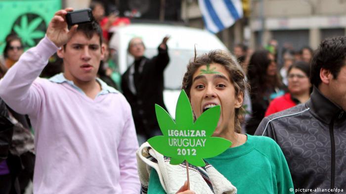 Protestas a favor de la legalización en Montevideo.