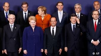 Front row left to right, European Council President Herman Van Rompuy, Lithuanian President Dalia Grybauskaite, French President Francois Hollande, European Commission President Jose Manuel Barroso and Greek Prime Minister Antonis Samaras. Back row left to right, Slovenian Prime Minister Janez Jansa, Portugal's Prime Minister Pedro Passos Coelho, German Chancellor Angela Merkel, Finland's Prime Minister Jyrki Tapani Katainen, Austria's Chancellor Werner Faymann, Bulgaria's Prime Minister Boyko Borissov pose during a group photo opportunity at an EU summit in Brussels on Thursday, Oct. 18, 2012. European leaders are gathering again in Brussels to discuss how to save the euro currency from collapse and support countries facing too much debt and not enough growth. (Foto:Remy de la Mauviniere/AP/dapd)