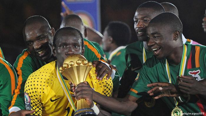 12 Feb 2012Zambia's goalkeeper Kennedy Mweene (L) kisses the trophy during the award ceremony following their African Cup of Nations (CAN 2012) match against Ivory Coast on February 11, 2012 at the stade de l'Am... Erfahren Sie mehrVon: FRANCK FIFEKollektion: AFP