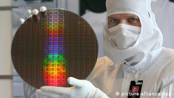 Deutschland USA Halbleiterhersteller AMD Mitarbeiter mit Waffer (picture-alliance/dpa)