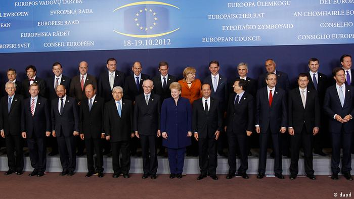 EU heads of state pose for the media during an EU summit in Brussels on Thursday, Oct. 18, 2012. European leaders are gathering again in Brussels to discuss how to save the euro currency from collapse and support countries facing too much debt and not enough growth. First row from left to right are: EU foreign policy chief Catherine Ashton, Slovakia's Prime Minister Robert Fico, Luxembourg's Prime Minister Jean-Claude Juncker, Italy's Prime Minister Mario Monti, Irish Prime Minister Enda Kenny, European Parliament President Martin Schulz, Romania's President Traian Basescu, Cypriot President Dimitris Christofias, European Council President Herman Van Rompuy, Lithuania's President Dalia Grybauskaite, French President Francois Hollande, European Commission President Jose Manuel Barroso, Greek Prime Minister Antonis Samaras, Latvian Prime Minister Valdis Dombrovskis, Dutch Prime Minister Mark Rutte, General Secretariat of The Council Uwe Corsepius, second row, left to right: Croatia's Prime Minister Zoran Milanovic, Denmark's Prime Minister Helle Thorning-Schmidt, Poland's Prime Minister Donald Tusk, Hungarian Prime Minister Viktor Orban, Belgium's Prime Minister Elio Di Rupo, Spain's Prime Minister Mariano Rajoy, Swedish Prime Minister Fredrik Reinfeldt, Czech Republic's Prime Minister Petr Necas, Slovenia's Prime Minister Janez Jansa, German Chancellor Angela Merkel, Finland's Prime Minister Jyrki Katainen, Austrian Chancellor Werner Faymann, Bulgarian Prime Minister Boyko Borissov, Estonia's Prime Minister Andrus Ansip, British Prime Minister David Cameron and Malta's Prime Minister Lawrence Gonzi. (Foto:Remy de la Mauviniere/AP/dapd)