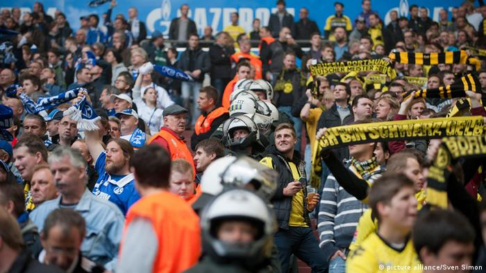 Schalke and Dortmund fans, separated by police (Photos: Picture Alliance/Sven Simon)