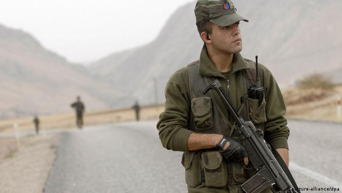 Türkischer Soldat bei der Patrouille (Foto: Xinhua /Landov/dpa)