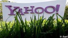 ARCHIV: Das Yahoo-Logo vor dem Sitz des Unternehmens in Santa Clara (USA) (Foto vom 20.05.12). Yahoo-Chefin Mayer hat ihrem frueheren Arbeitgeber Google einen seiner Topmanager abgeworben. Werbestratege Henrique de Castro soll Google verlassen, um Anfang kommenden Jahres sein Knowhow als Leiter des operativen Geschaefts bei Yahoo einzubringen. Das teilte Yahoo mit Hauptsitz im kalifornischen Sunnyvale am Dienstag (16.10.12) ueberraschend mit. Der 47-jaehrige de Castro hatte 2006 den Computerhersteller Dell verlassen und beim Suchmaschinenanbieter Google angeheuert, wo er unter anderem die Expansion von Google-Werbung auf mobile Geraete wie etwa Smartphones leitete. Der Topmanager erhaelt von Yahoo ein Verguetungspaket im Wert von rund 58 Millionen Dollar (rund 45 Millionen Euro). Sein Jahresgehalt liegt bei 600.000 Dollar (etwa 460.000 Euro). (zu dapd-Text) Foto: Paul Sakuma/AP/dapd