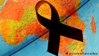 Symbolbild Weltaidstag AIDS in Afrika Schleife und Globus