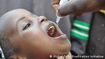 Kinder bekommen Polio-Impfstoff in Nigeria. Wer hat das Bild gemacht?: Global Polio Eradication Initiative Wann wurde das Bild gemacht?: 2011 Wo wurde das Bild aufgenommen?: Nigeria Zugeliefert am 19.10.2012 durch Benjamin Mack. ****Photos may be freely used for any non-commercial purposes provided that the correct credit line is given each and every time the photo appears. Photos must not be used in connection with the promotion of any company or product, or in any way contrary to the policies and principles of the Global Polio Eradication Initiative. *****