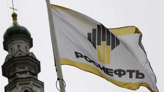 A flag with a logo of Russian state oil firm Rosneft is seen at its office in Moscow, October 18, 2012. British oil firm BP has received an offer for its 50 percent stake in Russian oil producer TNK-BP from Russian state oil firm Rosneft , according to two sources familiar with the actions of the companies. REUTERS/Maxim Shemetov (RUSSIA - Tags: BUSINESS ENERGY LOGO)Rosneft--eingestellt von: haz