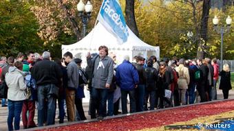 Очередь перед палаткой для голосования на выборах в Координационный совет оппозиции в октябре 2012 года в Москве